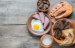 tavola inbandita vista dall'alto con piatti per colazione