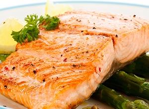 trancio di salmone bbq con asparagi verdi su piatto