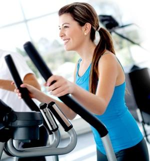 donna in tuta da ginnastica che fa esercizio in palestra