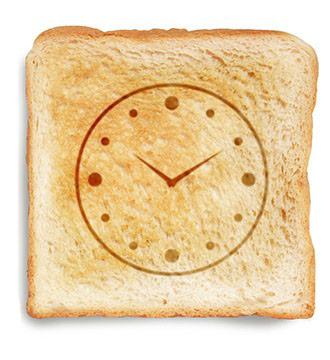 fetta di pane tostato con lancette dell'orologio disegnate sopra