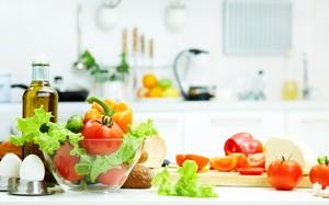 verdura colorata fresca di diversi tipi su tavolo da cucina