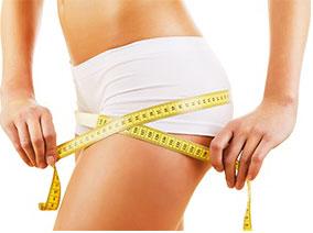 donna con mutande bianche che si misura circonferenza gamba