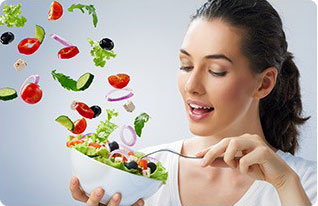 ciotola di verdura fresca e donna pronta a mangiarla