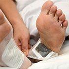 Al risveglio rimuovi delicatamente i cerotti dalle piante dei piedi.