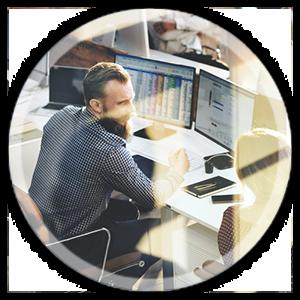 uomo al computer che lavora in un ufficio sullo sfondo