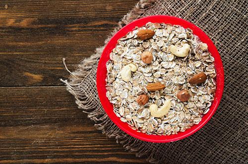 Parecchi cereali in una scatola rossa su un fondo di legno