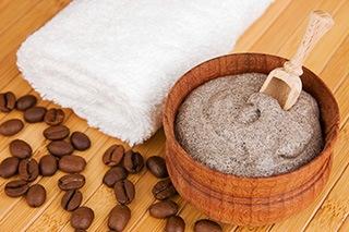chicchi di caffè arabica su pavimento di una sauna con scrub al caffè