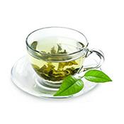 infuso caldo di erbe e foglie verdi in tazza trasparente