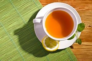 infuso caldo al limone visto dall'alto su tovaglietta verde