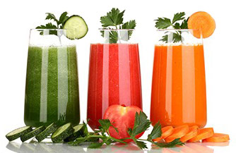 tre frullati di frutta fresca colorati verde rosso e arancione