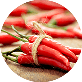 mazzetto di peperoncini rossi legati assieme da corda verde