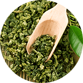 semi verdi da foglie verdi su cucchiaio di legno su tavola marrone