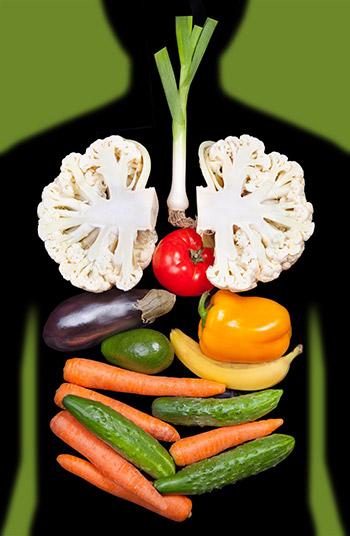 frutta e verdura fresca all'interno di corpo umano per dieta detox