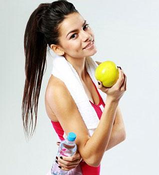 donna in tuta da ginnastica e asciugamano al collo