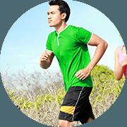 uomo in maglietta verde che corre all'aperto vicino un campo