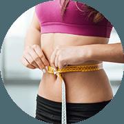 donna in tuta da ginnastica che si misura la vita con metro giallo