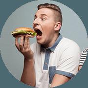 ragazzo che sta per addentare un cheeseburger molto grande