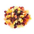 semi misti di frutta secca gialli marroni arancioni su sfondo bianco