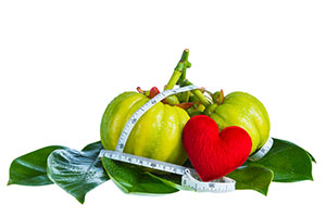 3 frutti verdi garcinia cambogia a forma di zucca e un cuore