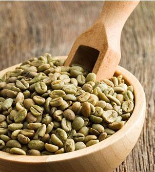 chicchi di green coffee caffè verde su tavolo di legno
