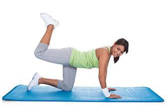 donna in tuta da ginnastica in palestra che sta per aumentare massa muscolare