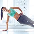 Donna in vestiti di ginnastica che fa panca laterale
