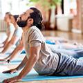 Le persone che fanno yoga posizione nota come postura upward facing dog