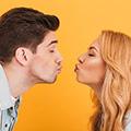 uomo e donna che stanno per baciarsi senza toccarsi per prevenire la diffusione di germi