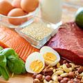 fagioli filetto di salmone pezzi tagliati a metà spinaci uovo un bicchiere di latte e un guscio con semi