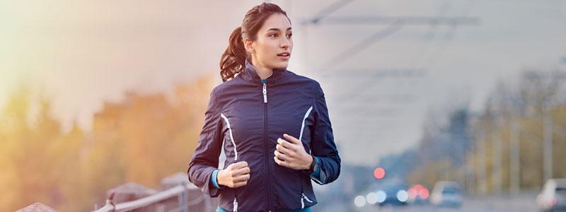 immagine di una donna che corre sul lato della strada per mostrare un paragrafo in movimento