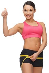 donna con pancia piatta in underwear che si misura