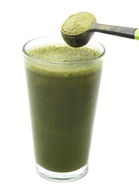 cucchiaio di spirulina mixato in liquido di acqua o frullato verde