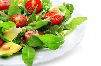 insalata avocado pomodorini freschi in ciotola bianca