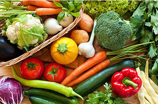 frutta e verdura colorata fresca di diversi tipi su tavolo di legno