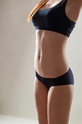 donna in abbigliamento intimo snellente nero che si stretcha