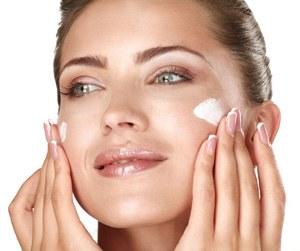 viso di donna con crema bianca al collagene antinvecchiamento