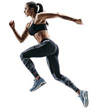 donna in tuta da ginnastica che sta correndo su sfondo bianco