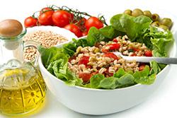 pranzo salutare con insalata fresca semi e olio di oliva