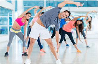 gruppo di persone che fanno esercizio fisico in palestra