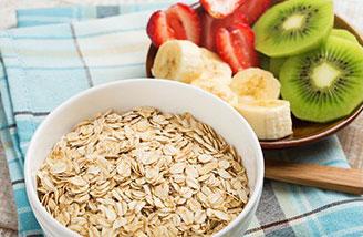 cereali oats per colazione con frutta fresca e latte da aggiungere