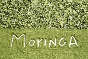 moringa scritta bianca su polvere di moringa verde