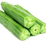 tre cetrioli verdi distesi uno sopra l'altro su sfondo bianco