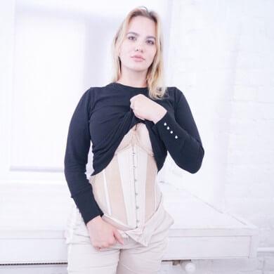 giovane ragazza bionda indossa corpetto waist trainer