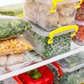 un frigorifero pieno di pacchetti di verdure diverse