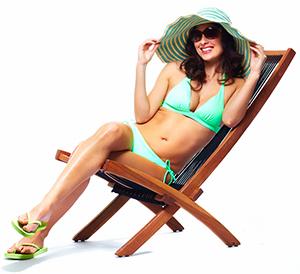 donna sdraiata su una sedia a sdraio per mostrare suggerimenti per un corpo bikini perfetto