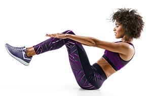 donna che fa esercizi per mostrare alcuni dei nostri consigli preferiti per un allenamento corpo in spiaggia
