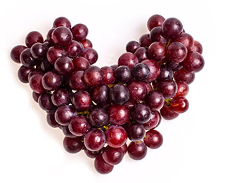 gracini di uva rossa disposti a forma di cuore ingrediente resveratrolo
