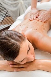 donna che si fa fare un massaggio sulla schiena con semi