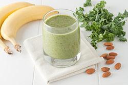 frullato verde a base di frutta salutare banane sulla tavola tovagliolo