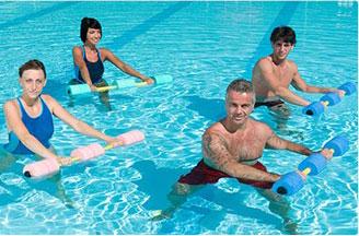 gruppo di persone che fanno aquagym con manubrio braccia